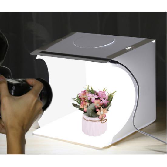 استديو صغير بخلفية بيضاء لتصوير المنتجات